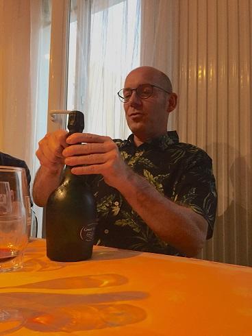 Le President Ouvre le champagne